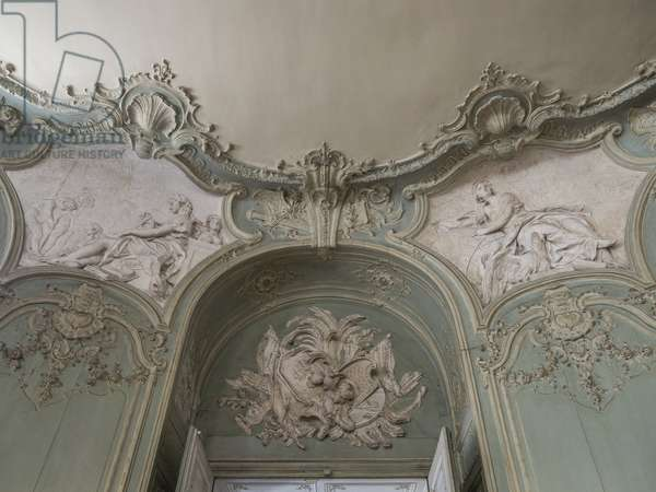 Arithmetic (right) and astronomy. Ecoincons of arcades adorned with high plaster reliefs, sculpture by Jean Baptiste Lemoyne (1704-1778). Prince's Salon, in grey and green camaeu, architect Germain Boffrand (1667-1754), 1735. Hotel de Soubise, Paris, 18th century