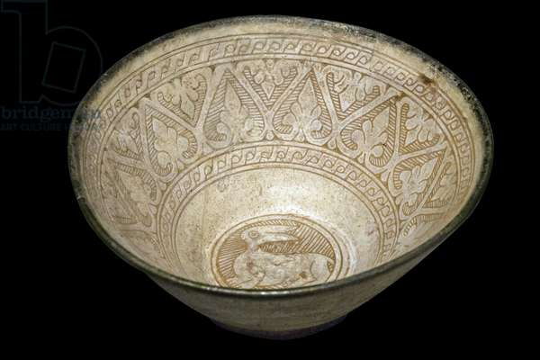 Bowl with hare and palmettes. Iran, Rayy (?) , 11th century. Ceramic, grave decor and painted. Louvre Museum