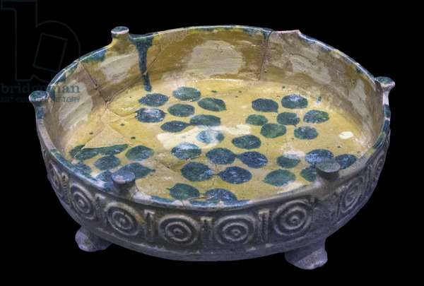 Tripod tray. Susa, Iran, 8th-10th century. Clayey paste decorated with glaze flows. Louvre Museum