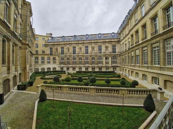 The building housing the Galerie Doree seen from the gardens. Banque de France, Hotel de Toulouse, former hotel de la Vrilliere, 1640, architect Francois Mansart (1598-1666), Paris - Hotel de Toulouse, headquarters of the Banque de France -