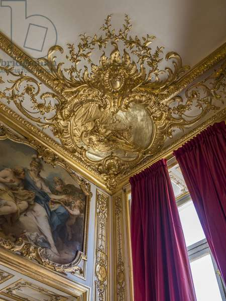 Hebe holding a cup. Decor of the angle of the ceiling, by Germain Boffrand (1667-1754). Princess's parade or parade room. Hotel de Soubise, Paris, 18th century