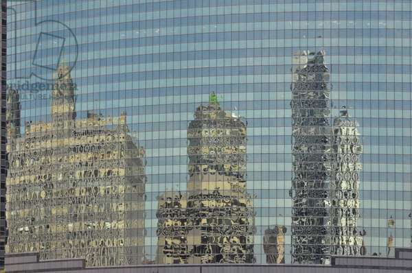 Reflection in skyscraper (photo)