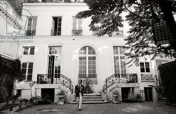 Karl Lagerfeld in front of his atelier at Maison Chloe, 1972 (b/w photo)