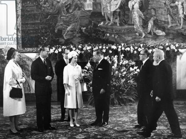 Visit of Queen Elizabeth II. Of the United Kingdom and Prince Philip in the Bavarian capital Munich. v.li .: Gertrud Goppel, Prince Philip, Queen Elizabeth II. Alfons Goppel,?, Alois Hundhammer in the residence.