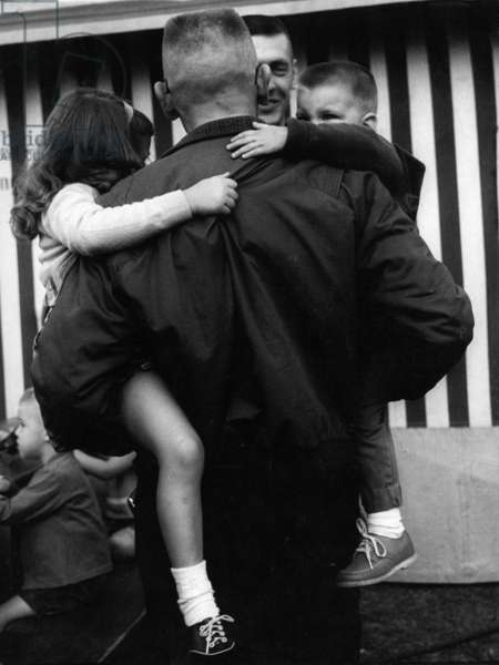 American with children in Augsburg, 1977 (b/w photo)