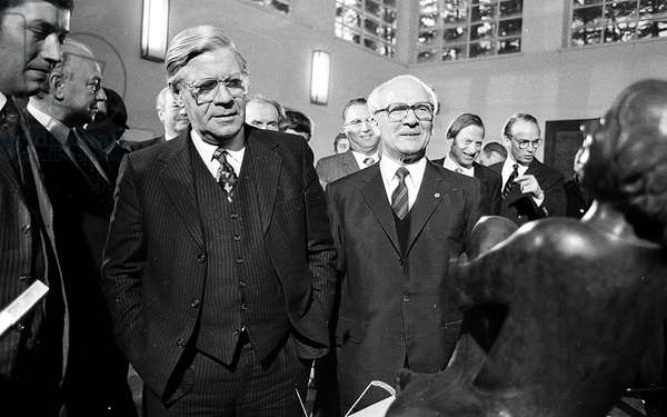 Helmut Schmidt in the GDR, visiting the Barlach memorial in Güstrow, Germany, 1981 (b/w photo)
