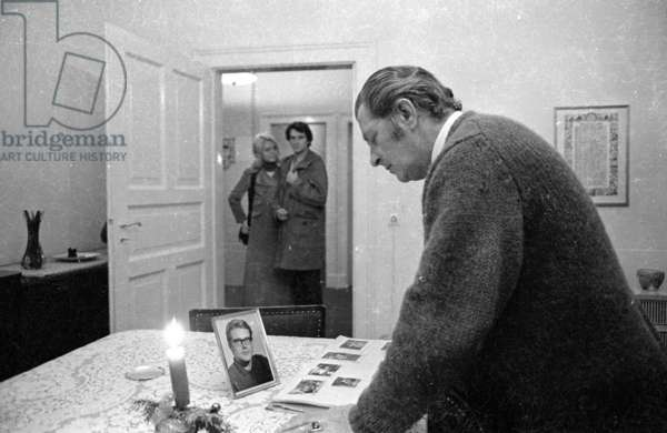 Father mourns his son, 1971 (b/w photo)