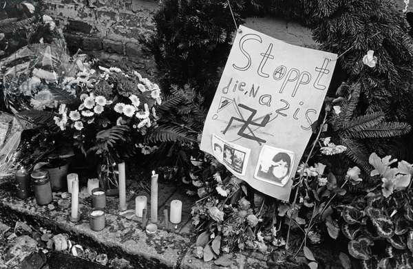 Memorial ceremony after the Moelln arson attack on Turkish families, Germany, 28 November 1992 (b/w photo)