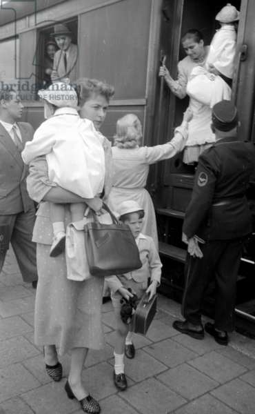 Ingrid Bergman arrives in Munich with his family, 1954 (b/w photo)