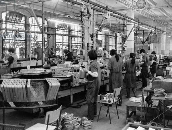 Vietnamese migrant workers in Leipzig VEB, luminaire construction, 1991 (b/w photo)