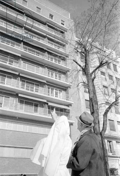 Exterior view of a hospital in Madrid, 1963 (b/w photo)