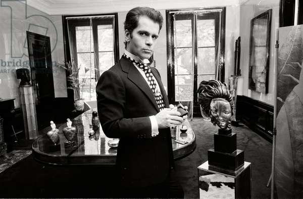 Karl Lagerfeld in seiner Wohnung in Paris mit seiner weltber�_hmten Sammlung von Art Deco M̦beln. Urhebervermerk: Max Scheler/SZ Photo. In diesem Jahr wurde er f�_r seine Deco-Kollektion mit Schwarz-Wei��-Drucken gefeiert.