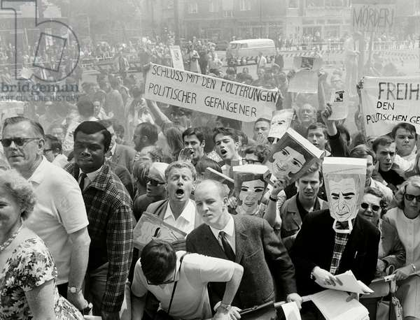 Demonstration in front of the Rathaus Berlin-Schöneberg, 1967 (b/w photo)
