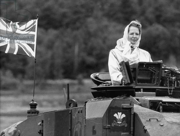 The British Prime Minister Margaret Thatcher rotates during their visit to Germany a lap of honor in the Lüneburg Heath with the Main Battle Tank 'Challenger'., 1986 (b/w photo)