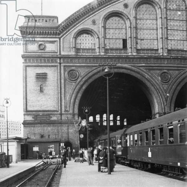 Passengers are faced with a fast train with lowered windows before departure to the south, Anhalter Bahnhof in Berlin, 1930 (b/w photo)