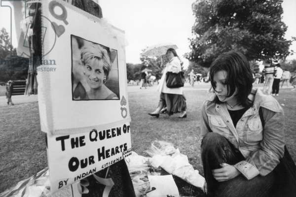 A young woman is mourning in front of a poster of the late Princess Diana, 1997 (b/w photo)