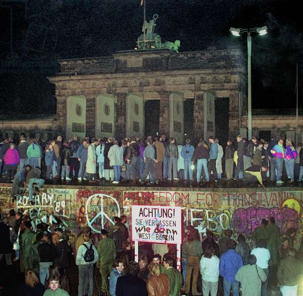 Eastern Block: The wall is tumbling down, 9th November 1989 (photo)
