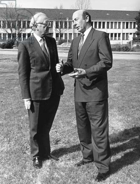 German Defense Minister Manfred Wörner (right) in conversation with NATO Secretary General Lord Carrington, 1987 (b/w photo)