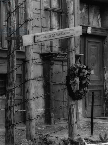 Memorial to the Wall victim Olga Segler in Berlin, 1962 (b/w photo)