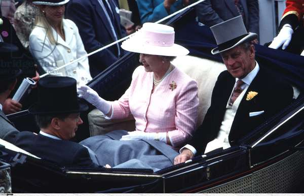 Queen Elizabeth II and her husband Prince Philip on the way to 'Royal Ascot' / England 06/97 dru woman England 'English royal house' Adel Politics Society Horse racing Sport reputable elegant carriage sitting people driving halfway across Elizabeth II. Queen of Great Britain and Northern Ireland