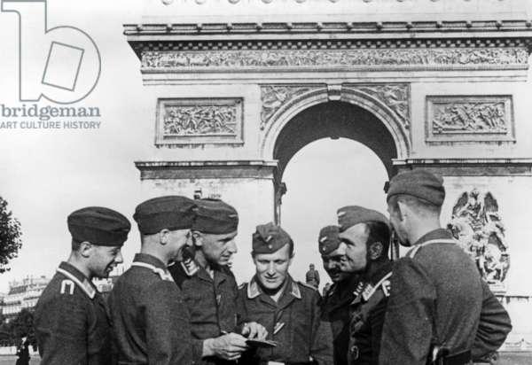 German soldiers in Paris, 1940 (b/w photo)