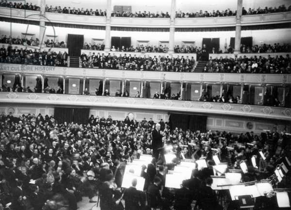Richard Strauss conducts at a performance of his ballet 'Whipped Cream' in the 'Augusteo' in Rome, 1932 (b/w photo)