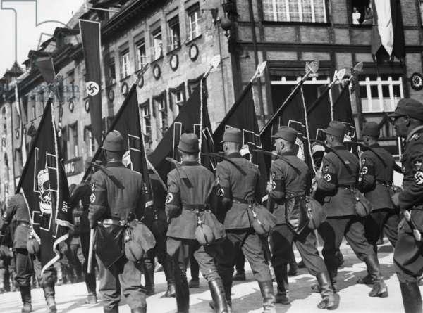 March of the RAD through Nuremberg to the Nuremberg Rally, 1934 (b/w photo)