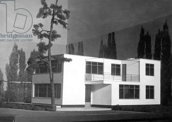 Model of a single family house by Walter Gropius (b/w photo) (see also 487163)