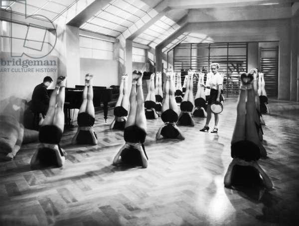 Gymnastics lesson in 'Millionenerbschaft', 1937 (b/w photo)