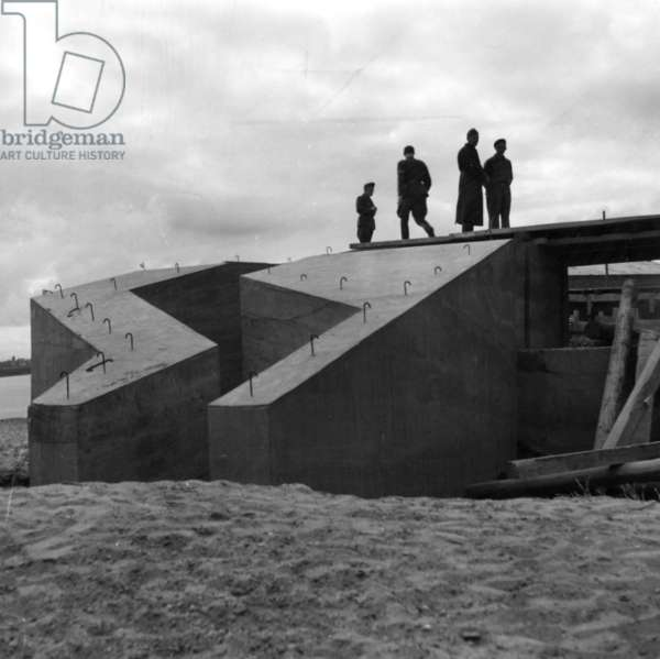 Construction of a coastal fortification on the Atlantic Wall (b/w photo)