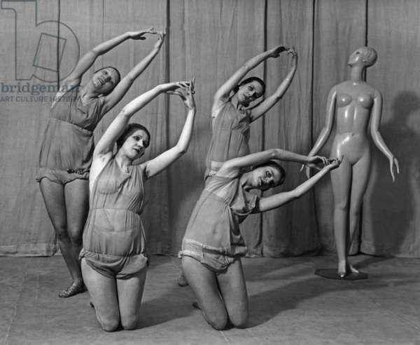 Women do gymnastikcs, 1930 (b/w photo)