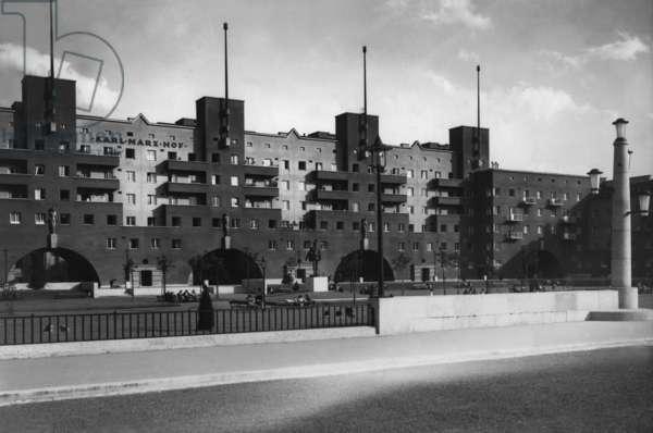 Karl-Marx-Hof in Vienna-Heiligenstadt, 1932 (b/w photo)