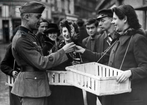Sale of lilies of the valley in Paris, 1941 (b/w photo)