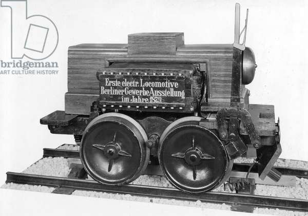 Model of the first electric locomotive, at the Berlin Trade Exhibition in 1879 (b/w photo)