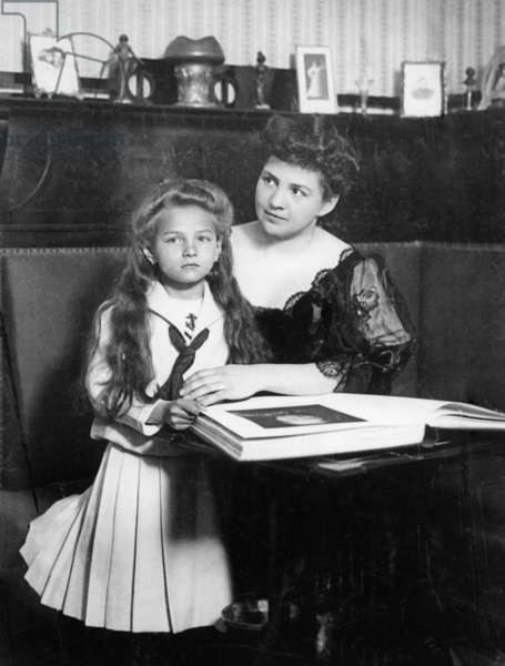 Mother with daughter, 1906 (b/w photo)