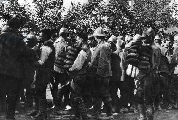 Distribution of bread to Italian prisoners of war, 1918 (b/w photo)