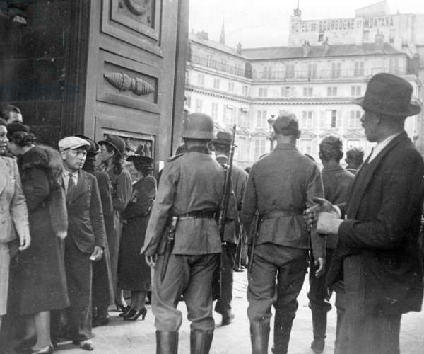 French civilians in front of the parliament in Paris, 1940 (b/w photo)