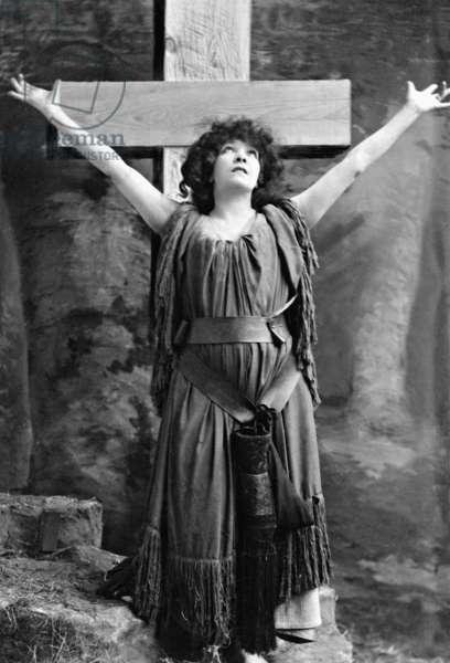 Sarah Bernhardt, 1906 (b/w photo)
