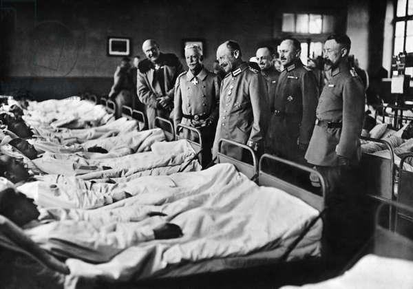 King Friedrich August III. of Saxony in a field hospital on the Western Front (b/w photo)