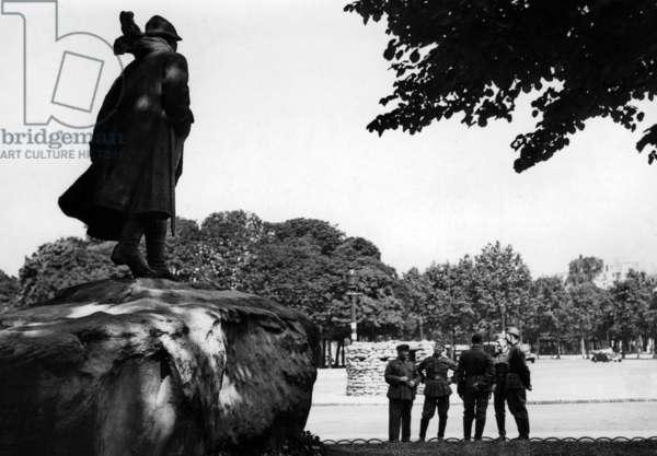 German soldiers in front of a statue of Georges Clemenceau in Paris, 1940