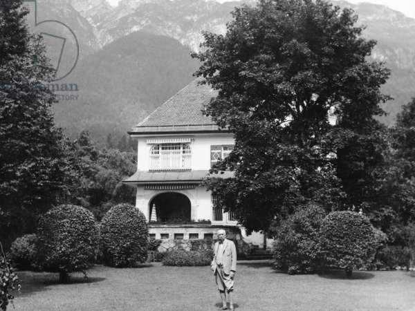 The composer Richard Strauss poses in front of his Villa in Garmisch, 1930 (b/w photo)