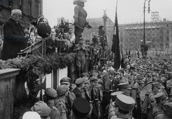 Paul von Hindenburg speaks in the Lustgarten on May 1, 1933 (b/w photo)