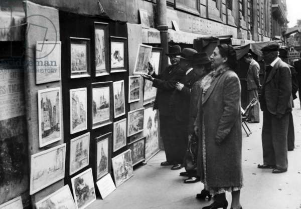 Exhibition of paintings in Paris, 1940 (b/w photo)