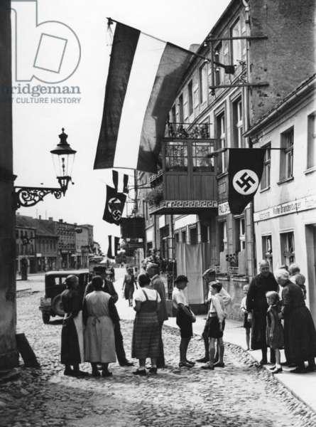 Passers-by in Freystadt after Paul von Hindenburg's death, 1934