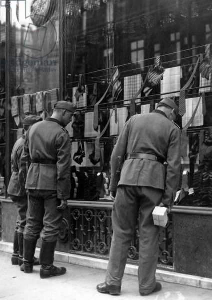German soldiers in front of a shop window in Paris, 1940 (b/w photo)