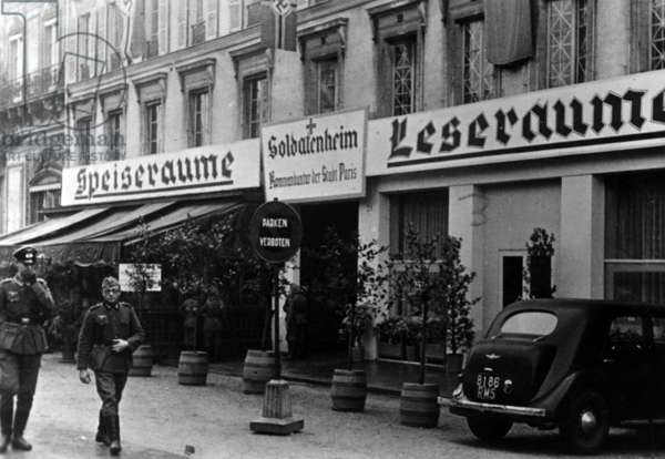 German soldiers in the occupied Paris, 1940 (b/w photo)