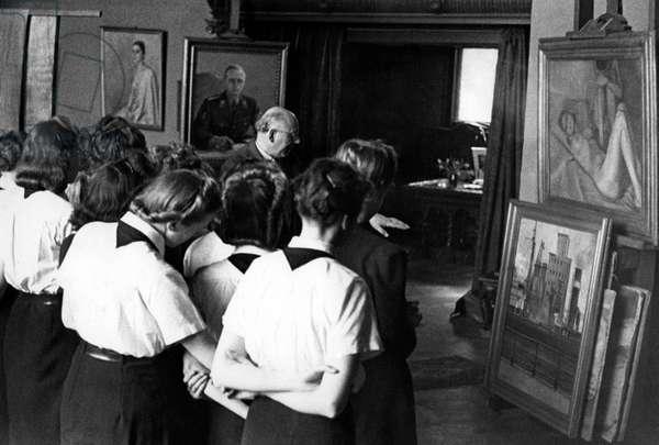 Members of the BDM-Werk Glaube und Schoenheit (BDM-Work, Faith and Beauty Society) visit a painter, 1941 (b/w photo)