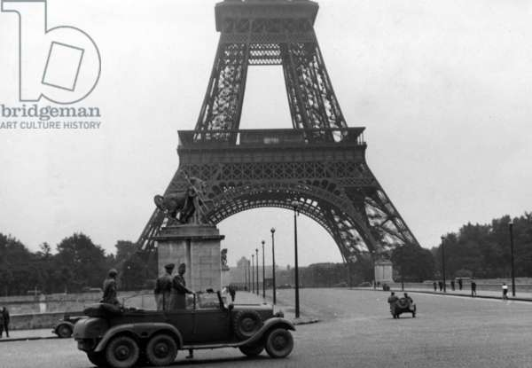 Car of the Wehrmacht in front of the Eiffel Tower in Paris, 1940 (b/w photo)