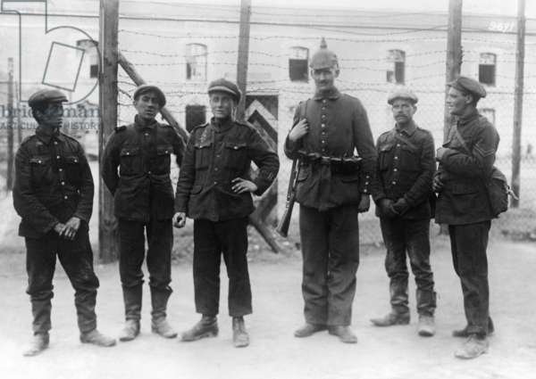 English prisoners of war with a German soldier (b/w photo)