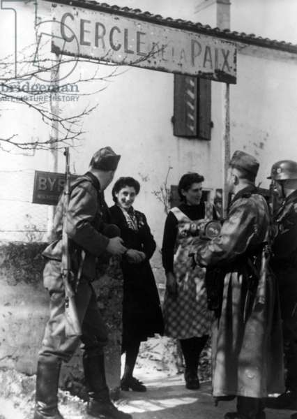 Soldiers og german Waffen-SS with french civilians, 1941 (b/w photo)